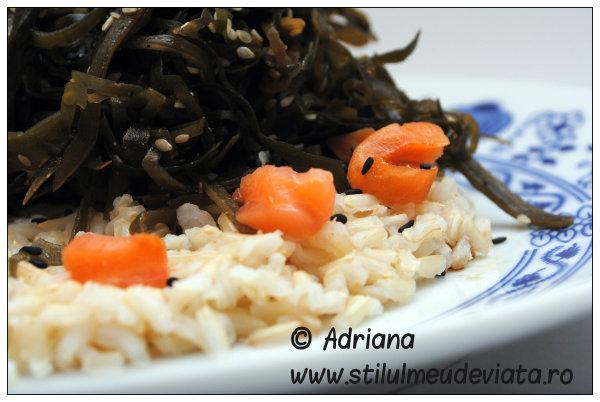 Salata de alge marine cu orez integral si somon afumat
