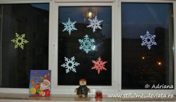 geam decorat cu fulgi din hartie