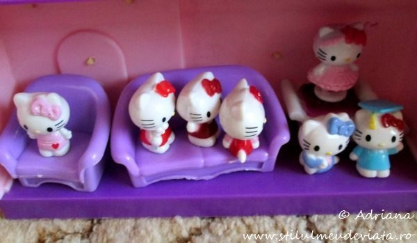 Ne jucam cu figurinele Hello Kitty!