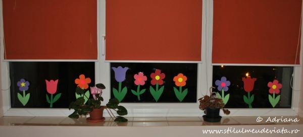 geam decorat cu floricele de primavara