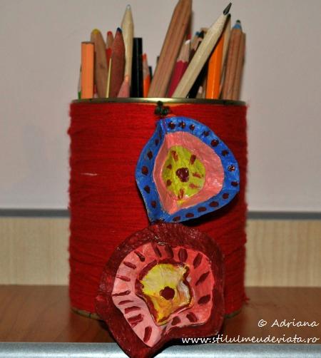 suport creioane decorat cu flori din carton