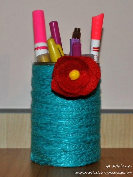 suport creioane decorat cu floare din fetru