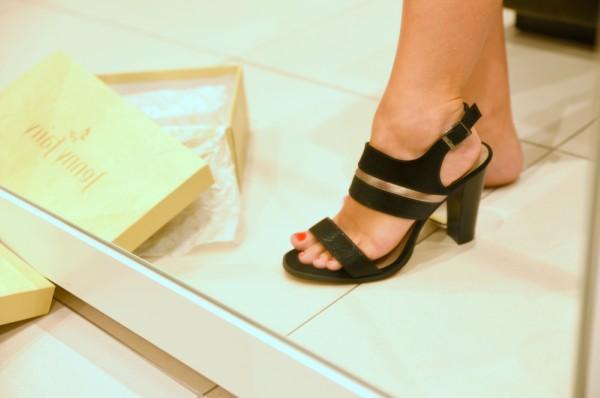 sandale elegante negre cu accente aurii