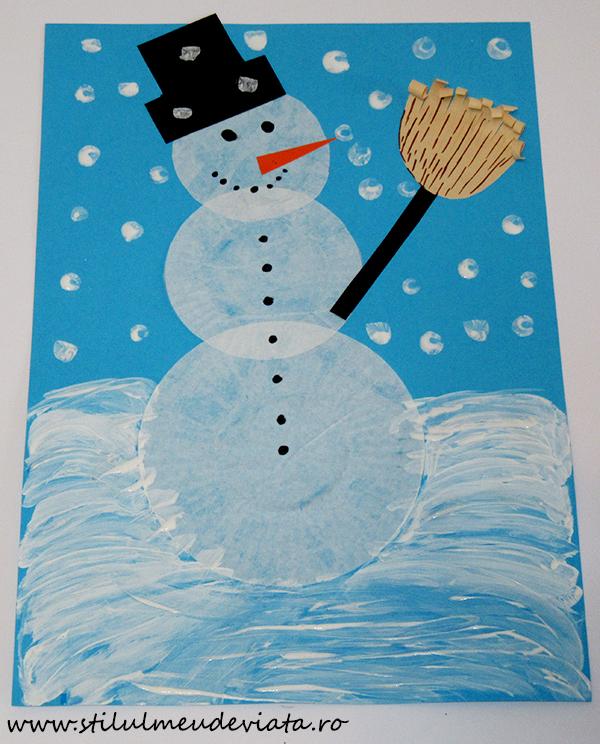 Om de zăpadă din hârtie pentru brioșe