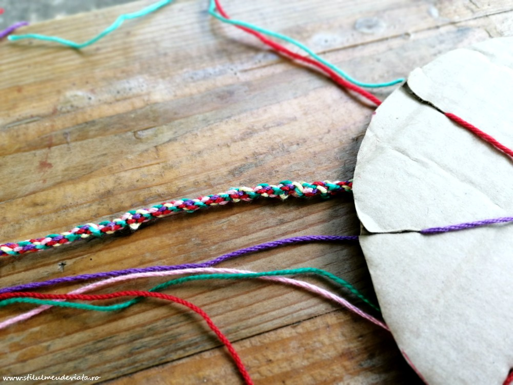 brățară din ață colorată